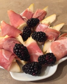 Pears With Prosciutto and Cheese