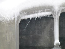 A measure of the easterly wind was the odd angle of the icicles forming on the dam bridge.