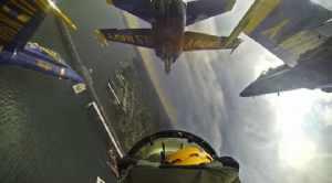 ブルーエンジェルスのコクピット内から曲芸飛行を撮影