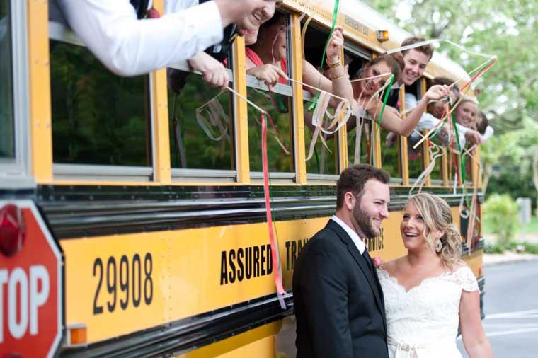 Bruidspaar bij Amerikaanse schoolbus