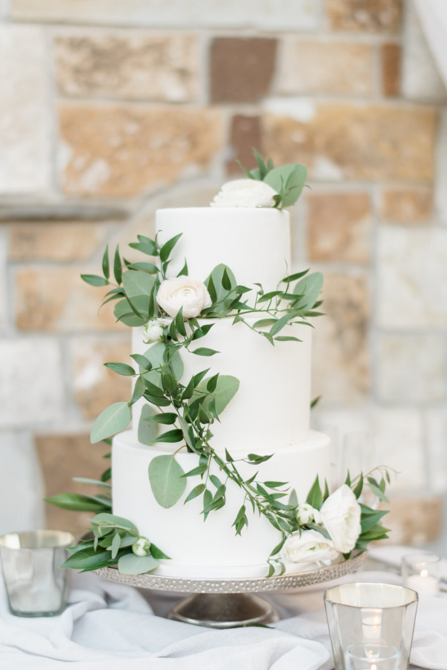 Witte bruidstaart met groene decoratie