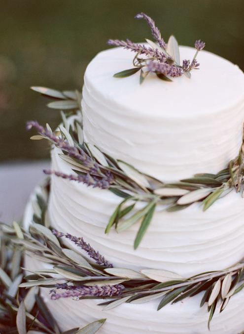 Witte bruidstaart met lavendel