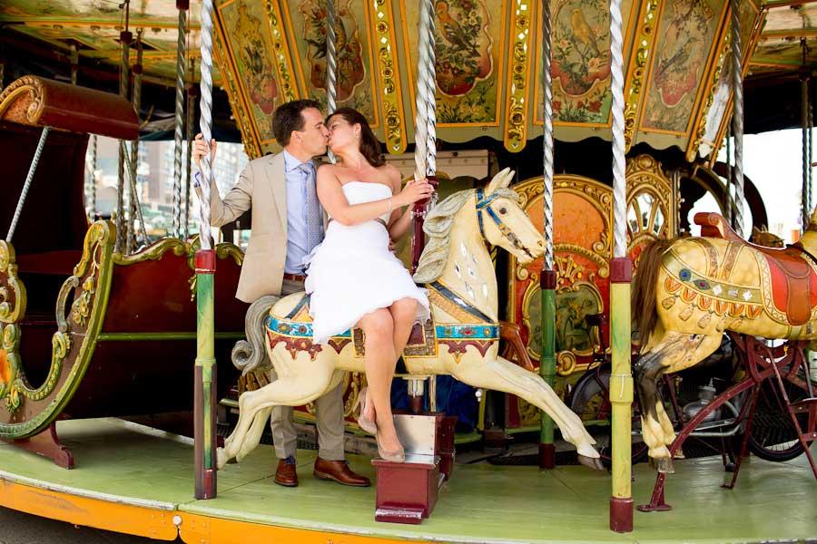 Bruid met korte trouwjurk in de draaimolen