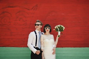 Bruidspaar op warme trouwdag