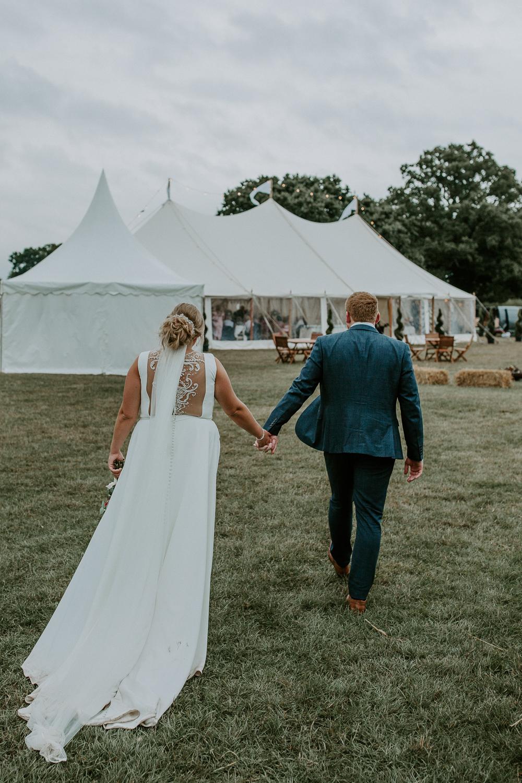 Bruidspaar op weg naar bruiloft tent