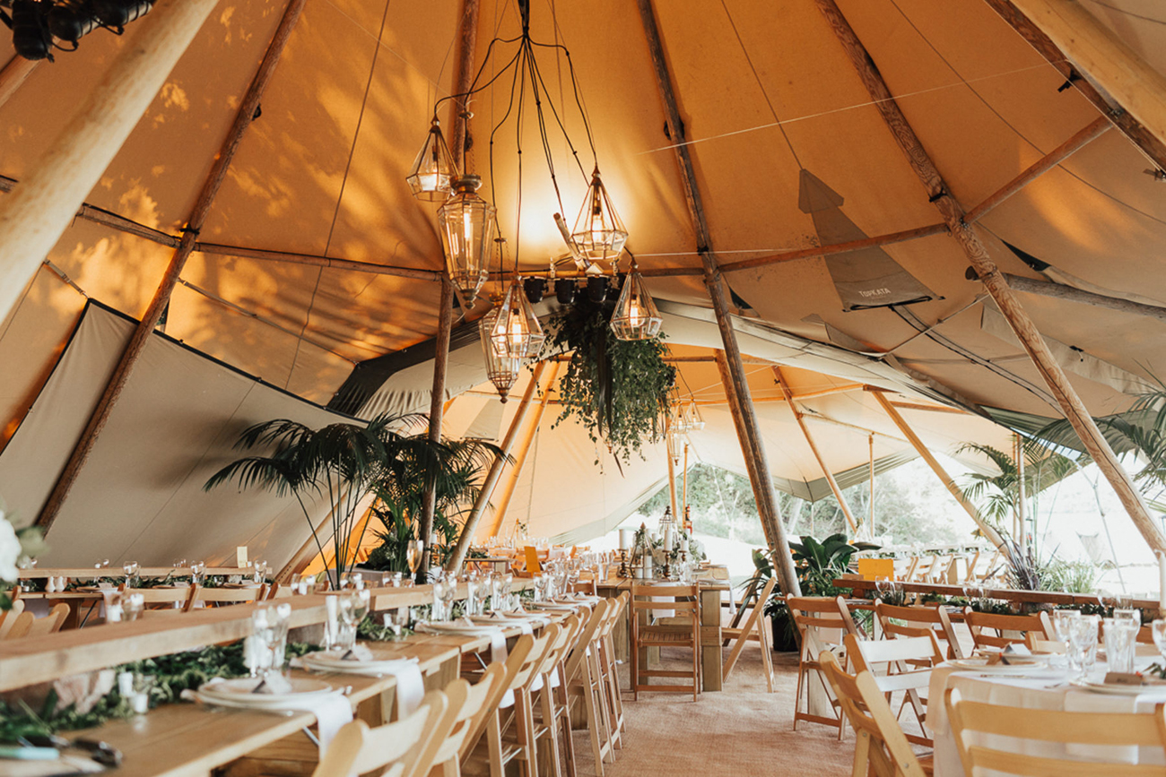 Bruiloft tent met tafels