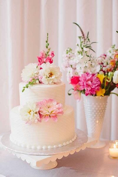 Bruidstaart met echte bloemen en structuur