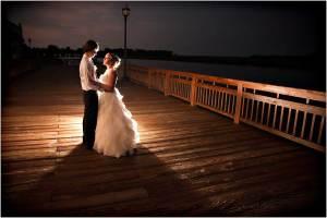 Trouwfotografie met bruidspaar en achtergrondlicht