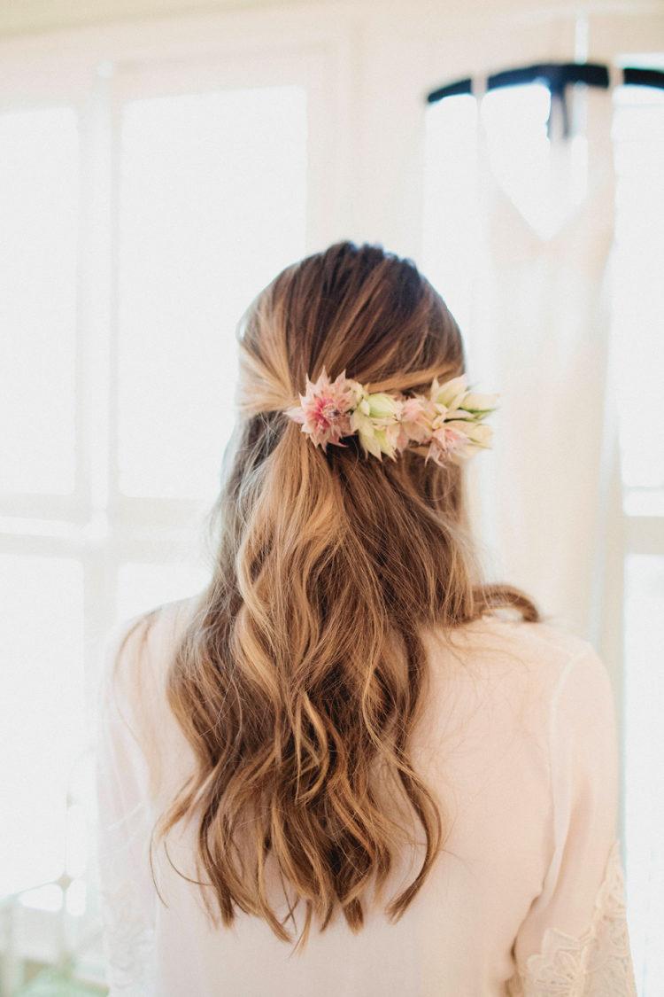 Bruid met bloemen in haar