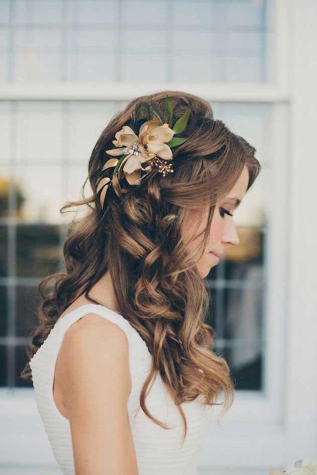 Bruid met bloem in haar