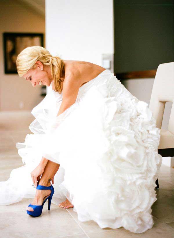 Bruid met blauw gekleurde trouwschoenen