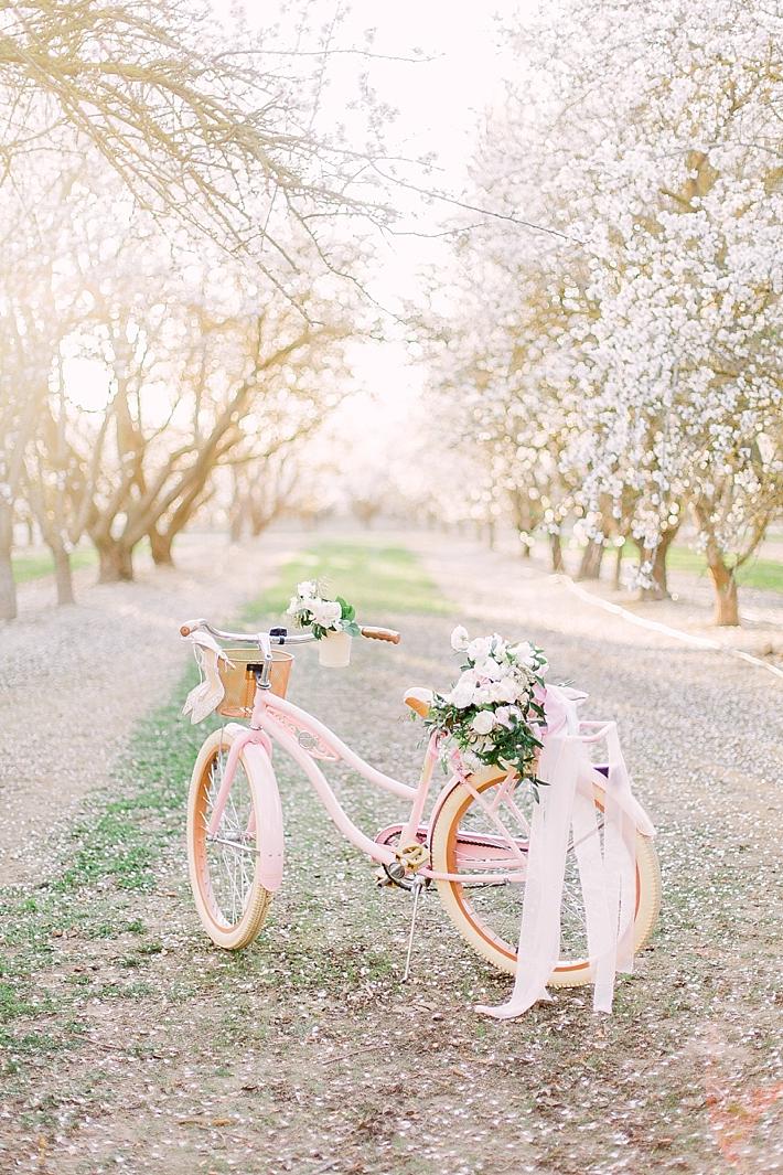 Roze fiets met bloemen