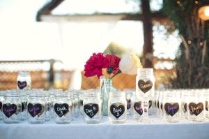 Persoonlijke glazen met naamkaartjes voor alle gasten