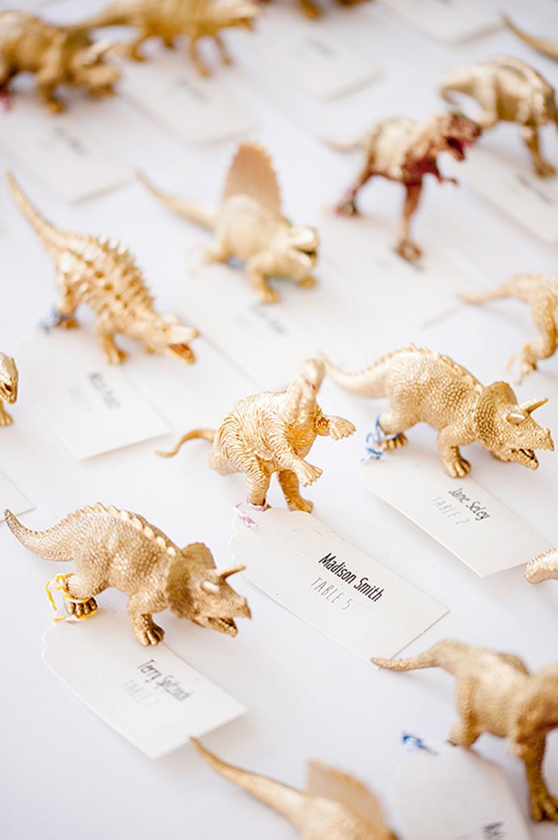 Dinosauriërs bij trouwen in een museum