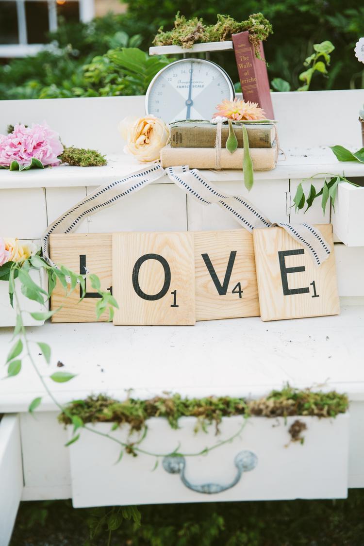 Scrabble letters als decoratie op een bruiloft