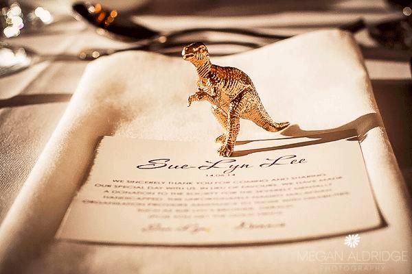 Dinosaurus als decoratie bij een bruiloft