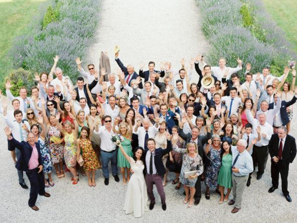 Bruiloft groepsfoto van bovenaf