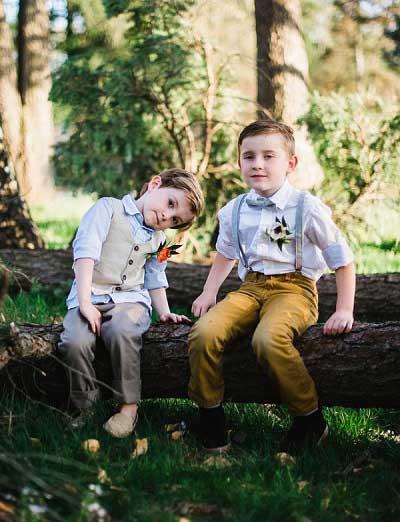 Twee kinderen op een boomstronk