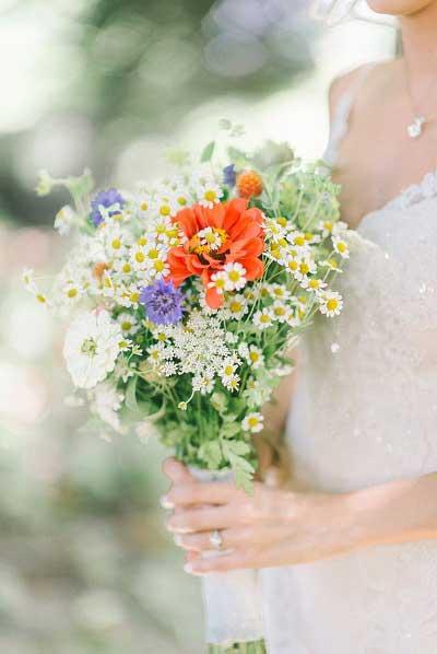Wilde bloemen in bruidsboeket