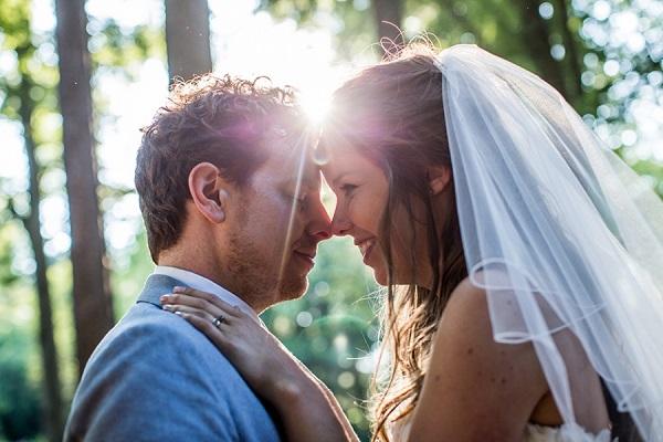 Bruidspaar met de zon op de achtergrond