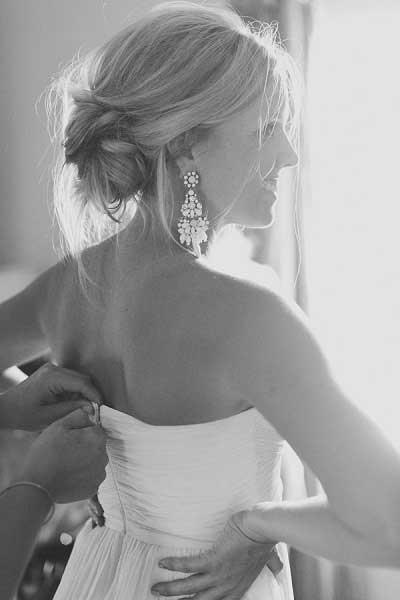 Bruid met hangers in haar oren