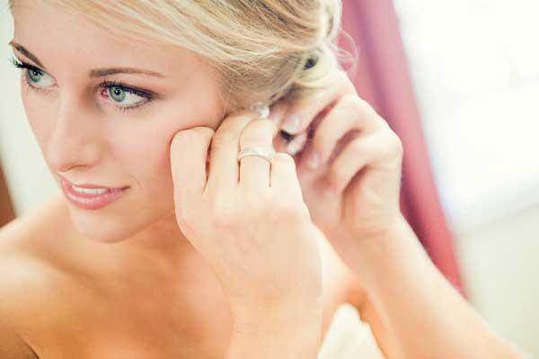 Bruid doet oorbellen in