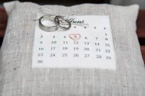 Ringkussentje met trouwdatum en trouwringen