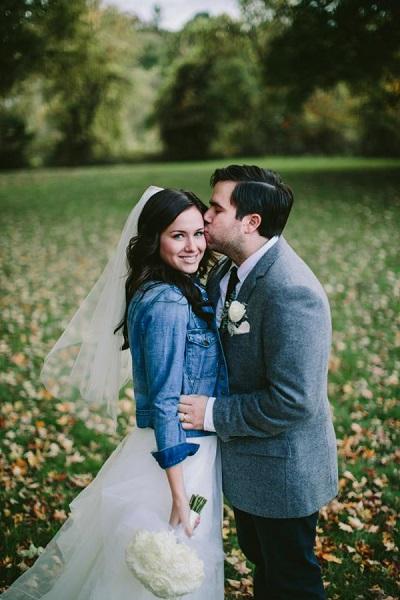 Stoer idee: Spijkerjasje over je trouwjurk | Bruiloft Inspiratie
