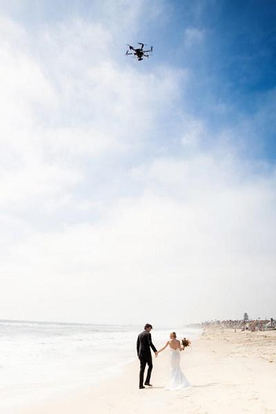 Bruidspaar met drone in de lucht