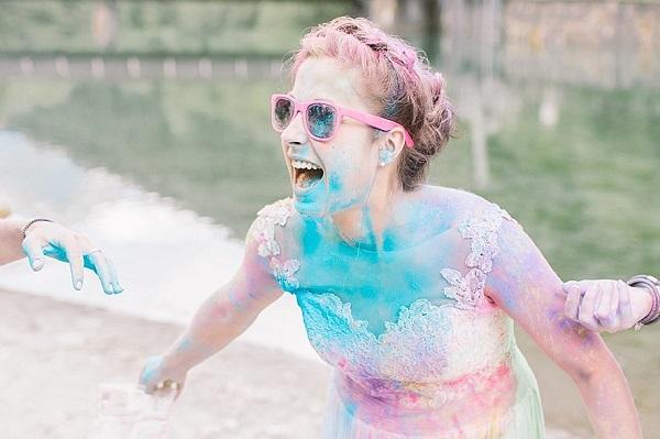 Bruid met holi powder