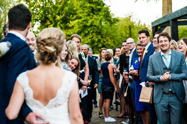 Bruidspaar met de gasten