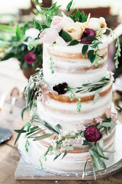 Naakte bruidstaart met bloemen