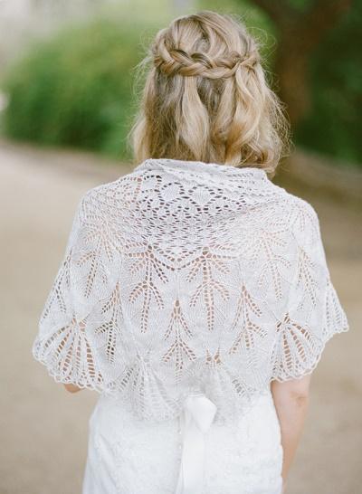 Bruid met gehaakte witte sjaal