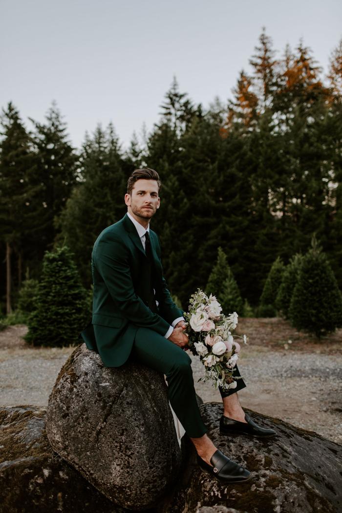 Bruidegom in donkergroen trouwkostuum