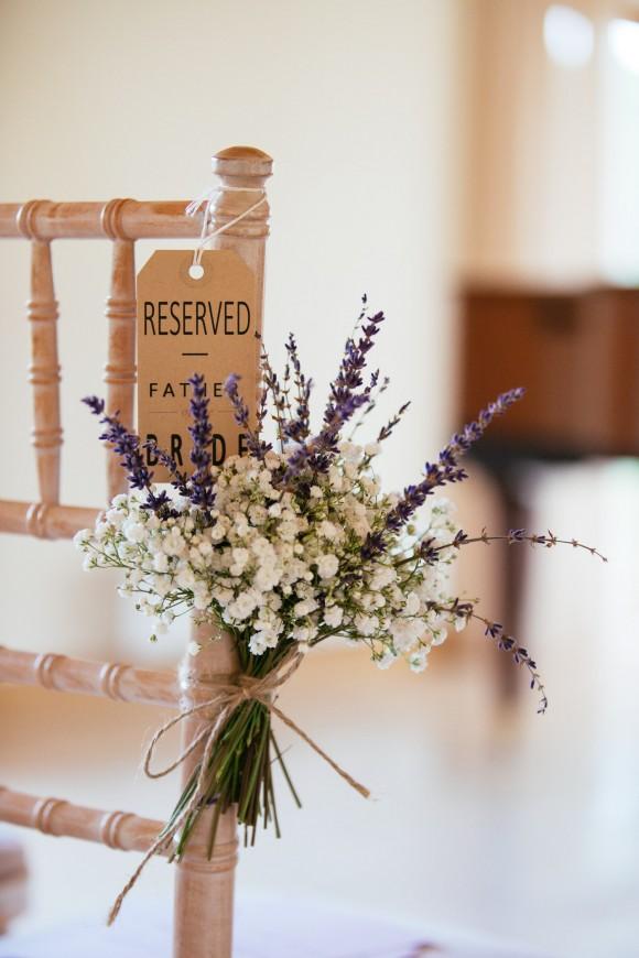 Stoeldecoratie voor de ceremonie