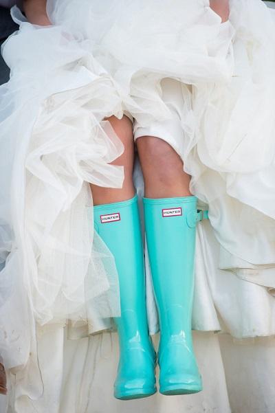 Bruid met regenlaarzen