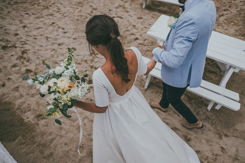 Bruid met staart op het strand