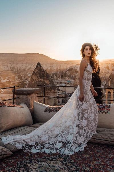 Bohemian trouwjurk bij zonsondergang