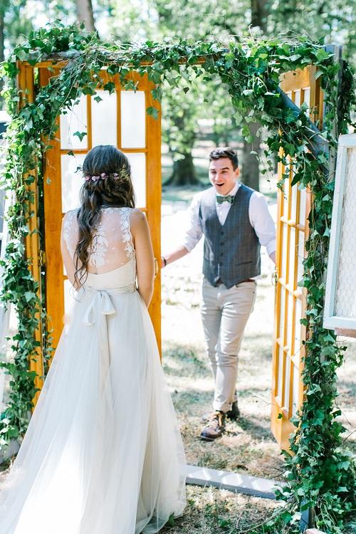 Bruid en bruidegom zien elkaar voor de ceremonie