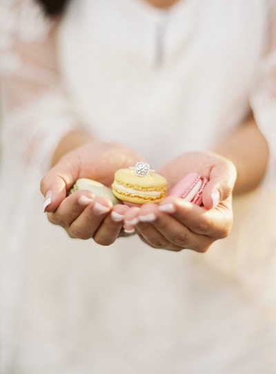 Macarons met verlovingsring
