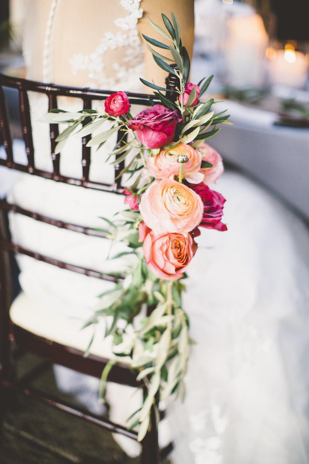 Bloemen aan de stoel van de bruid