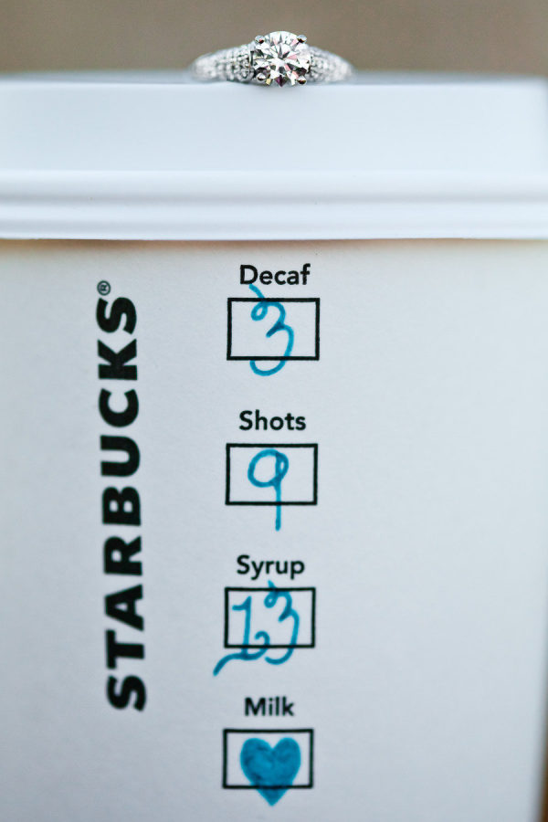 Verlovingsfoto koffiebeker