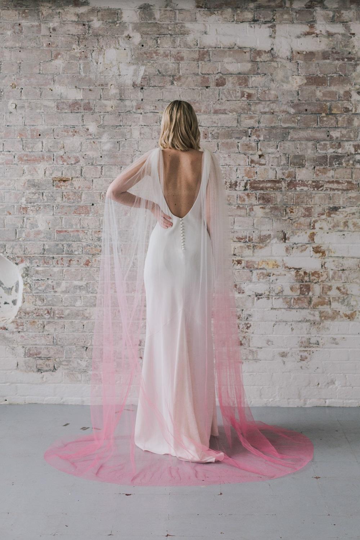 Bruid met roze ombre sluier