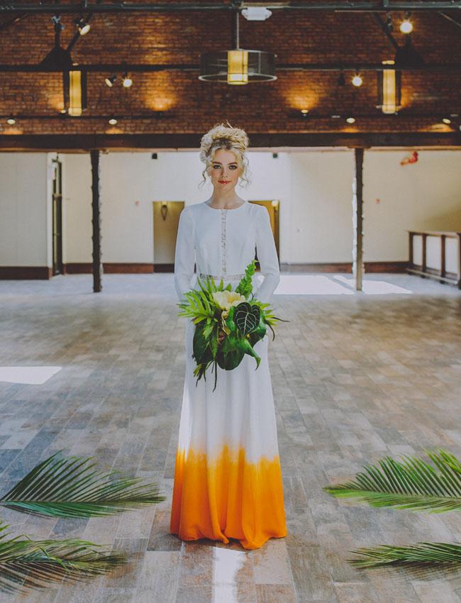 Bruid met gele trouwjurk