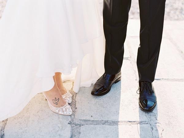 Bruidegom met zwarte trouwschoenen