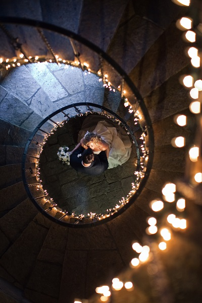 Foto van bruidspaar onderaan de trap