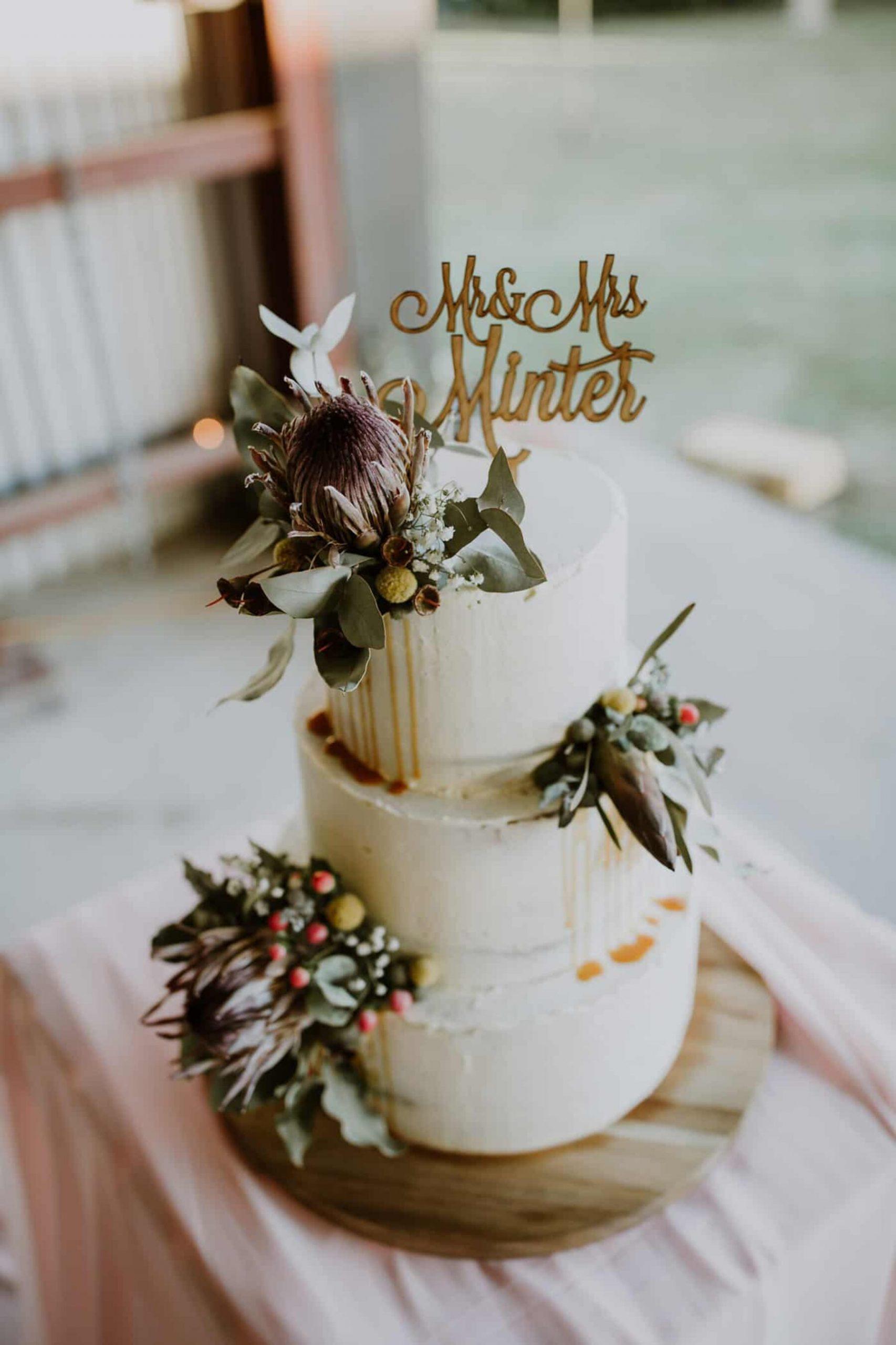 Witte bruidstaart met decoratie