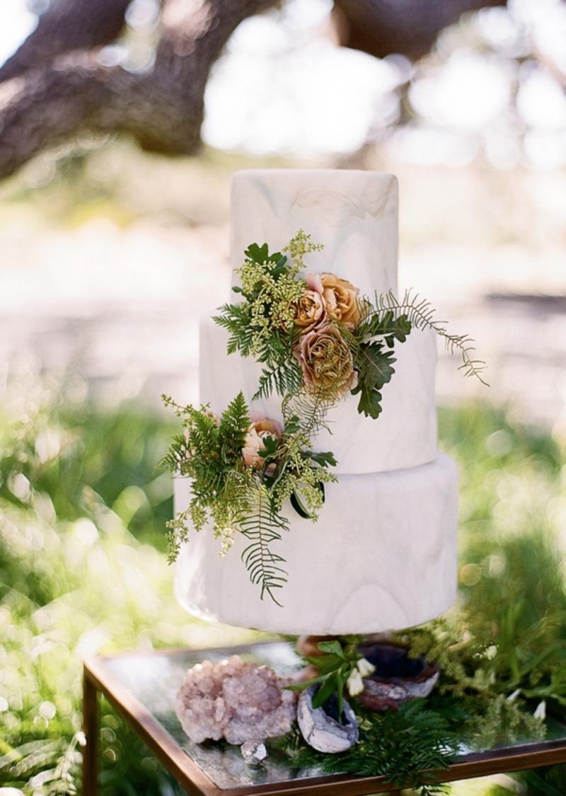 Marmerlook bruidstaart met bloemen
