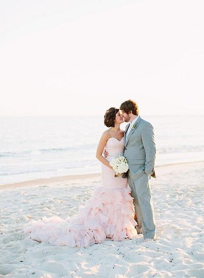 Bruid in licht roze trouwjurk