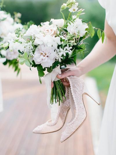 Bruid met pijnlijke voeten